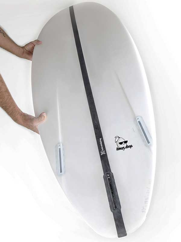 Il dettaglio della tavola da surf con canali, per aumentare manovrabilità e velocità