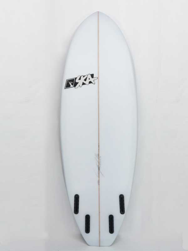 foto del back della bullet il modello di tavola surf ibrida progettato per onde piccole e mareggiate estive, ogni tavola è personalizzabile sia tecnicamente che graficamente