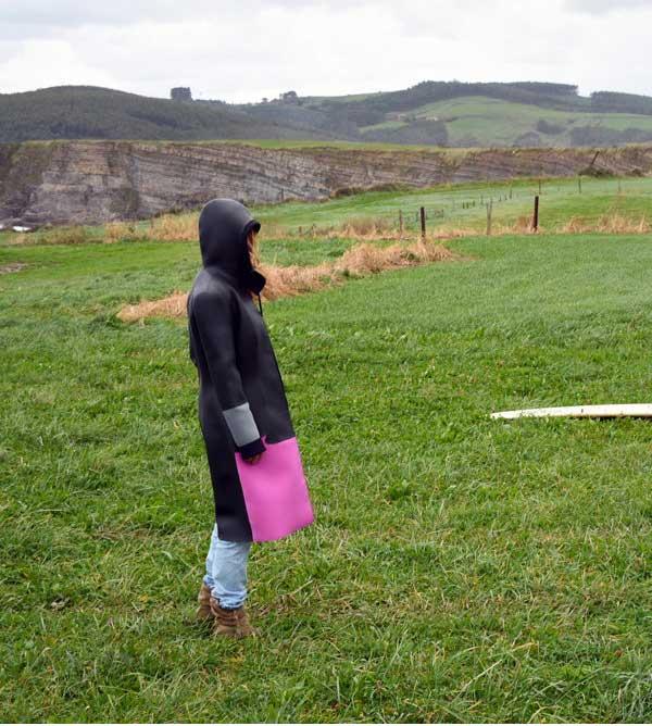 La modella di Seangolare che indossa il cappotto in neoprene che ripara dal vento e dal freddo delle mareggiate invernali