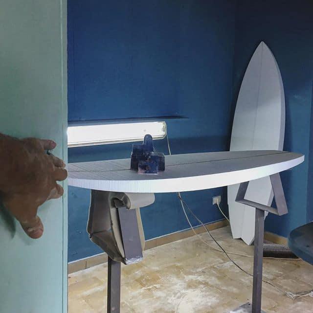 Una tavola da surf personalizzata in costruzione