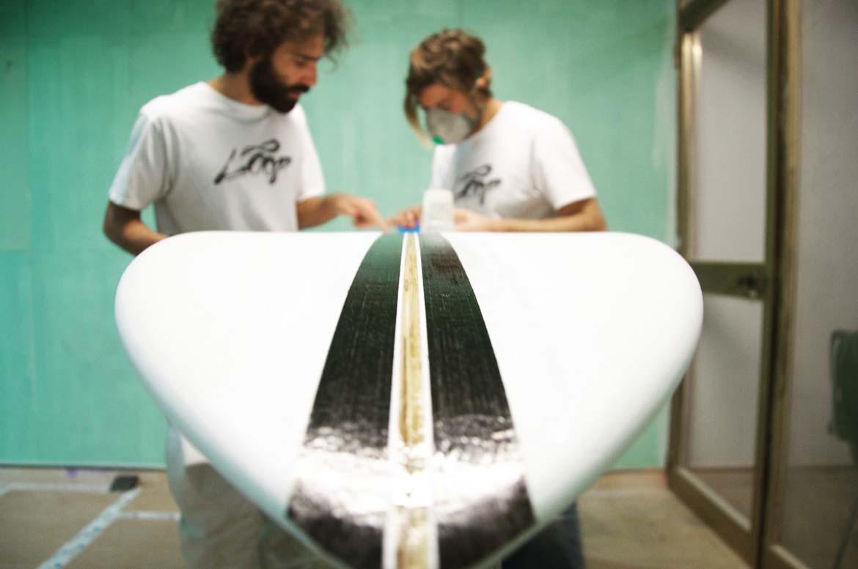 Alessandro Grande surfboards mentre crea una ecoboard personalizzata