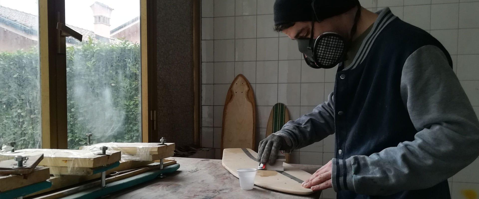 Max di PROJECT 9 mentre crea una tavola da skate custom