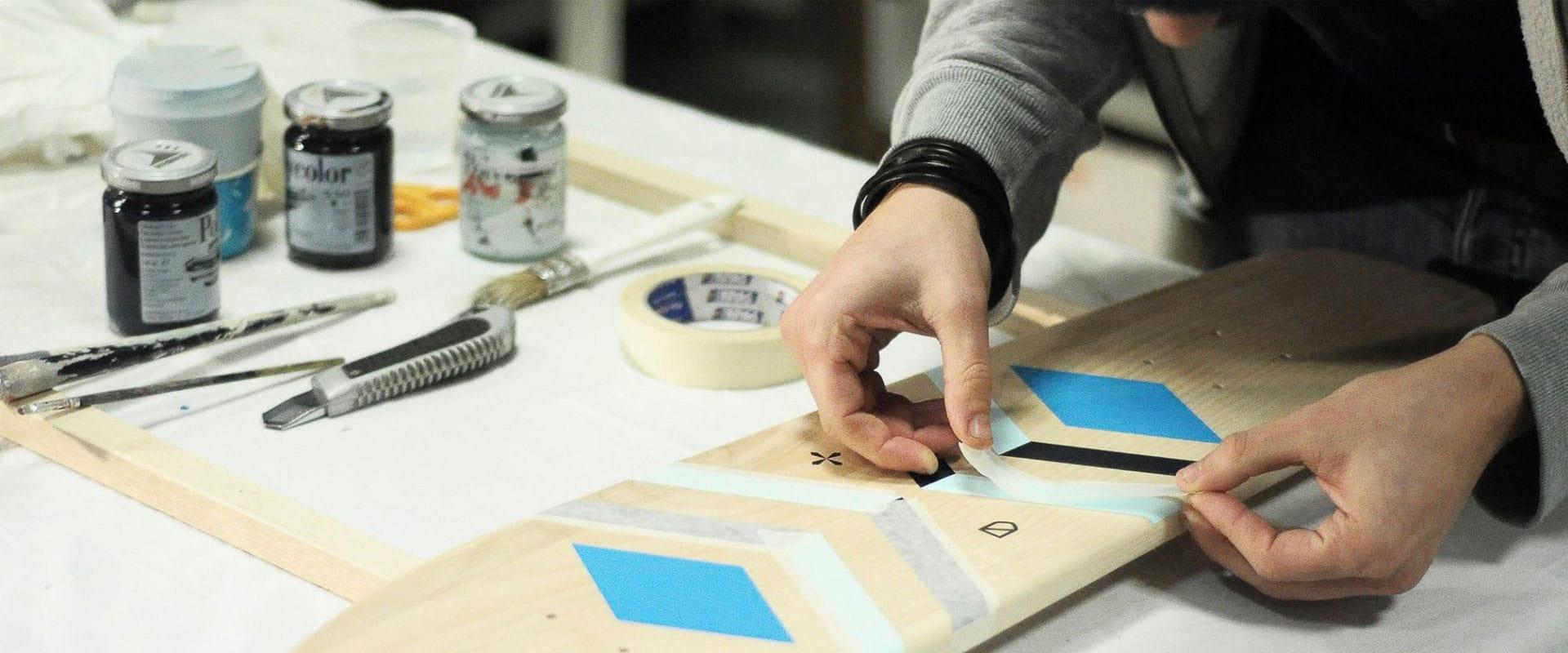 Atypical mentre crea una tavola da skate personalizzata