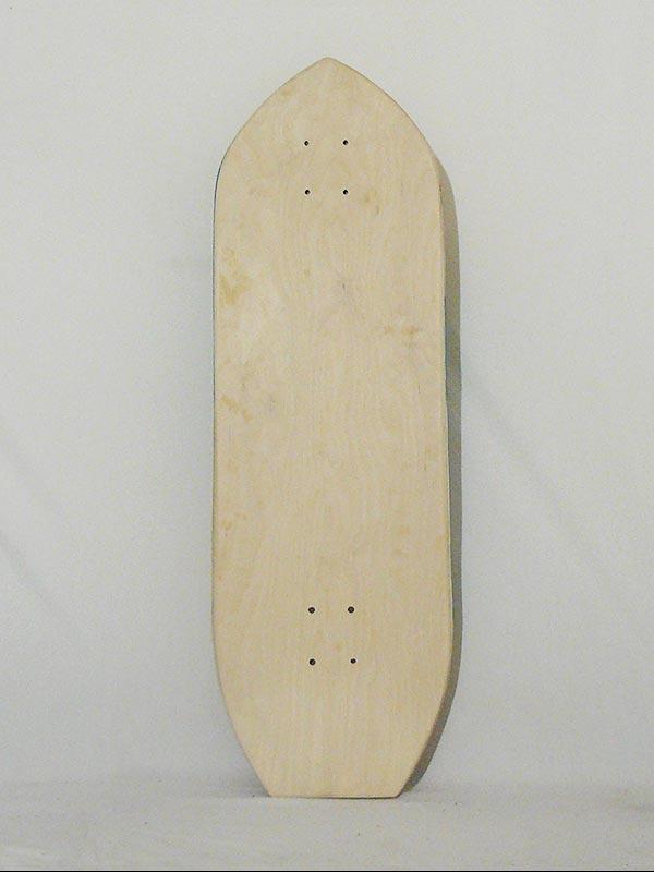 Surf skate modello modern design. Una tavola da skate perfetta per prepararsi al surf quando in mare non ci sono onde.