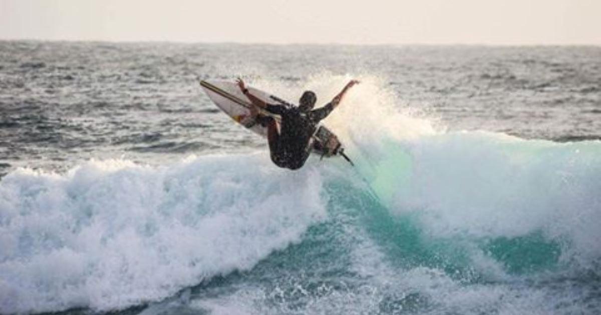 Un surfista laziale in un aerial
