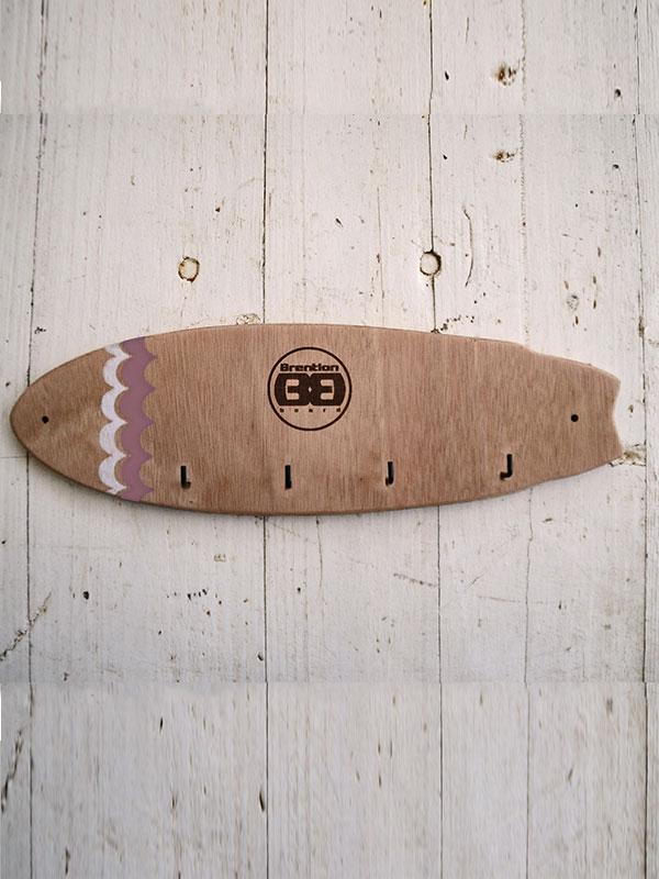 Primo piano del appendichiavi per arredare la casa delle surfiste o delle compagne dei surfisti. Creato a mano da Brention Board uno dei migliori artgiiani che creano complemento d'arredo per surfisti