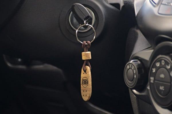 Foto in auto del porta chiavi a froma di skate