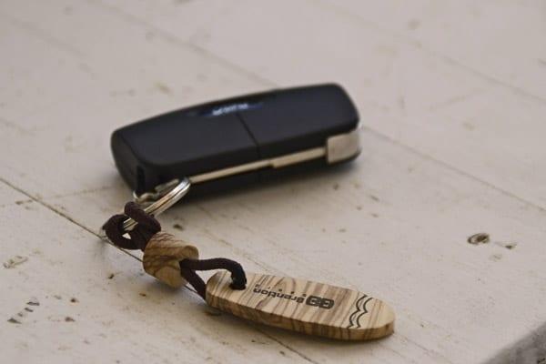 Il portachiavi a forma di skate attaccato alle chiavi dell'auto. Personalizza i tuoi gadget su Blilde.zone