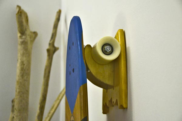 Una tavola da skate riposta sul porta skate universale. Solo Brention Board crea e personalizza su Blide.zone il rack per tavole da skate