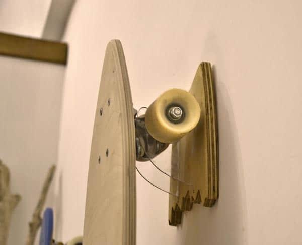Una tavola da skate riposta sul porta skate universale in legno e plex. Solo Brention Board crea e personalizza su Blide.zone il rack per tavole da skate