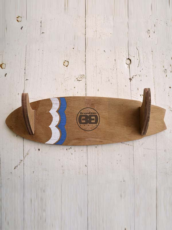 Appendiabiti surf style Appendiabiti surf style personalizzabile nella forma e nella grafica per arredare al meglio la casa di ogni surfista. Richiedilo su Blide.zone
