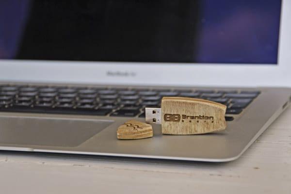 La penna USB del surfista, creata e personlizzata amano per ogni richiesta da Brention Board, in esclusiva su Blide.zone