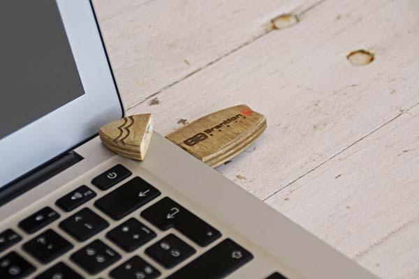 Il primo piano della penna USB inserita in un PC portatile, disponibile e personalizzabile su Blide.zone