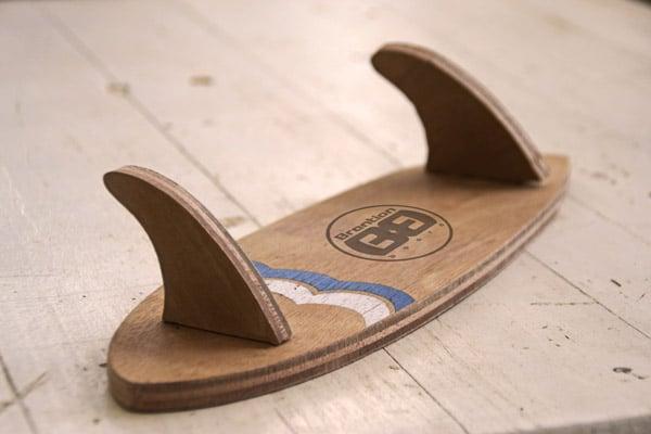 Il primo piano dell'appendi abiti a foram di tavola da surf, creato in legno da Brention Board e personlizzabile su Blide.zone