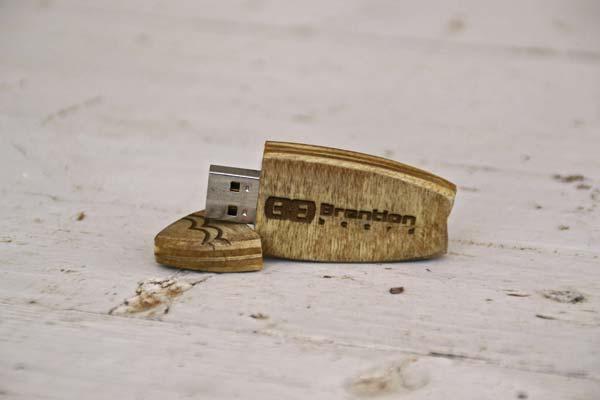 La penna USB creata da Brention Board con legno reciclato e personalizzabile per ogni richiesta