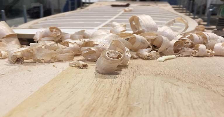 Dettagli di trucioli di legno dovuti alla piallatura della tavola da surf creata durnate il workshop Di no made board e blide.zone sulle tavole da surf in legno