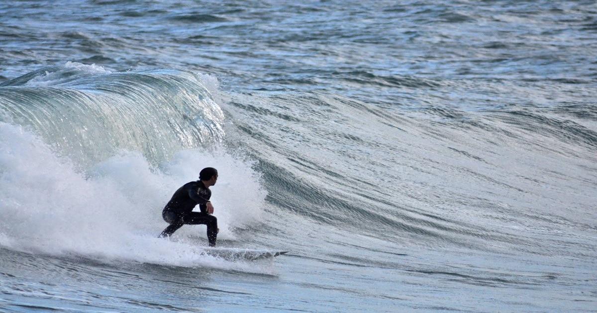 Un surfista con il modello Stiky, la tavola da surf creata per avere alte prestazioni personalizzata su Blide, durante una manovra nello spot di Serapo