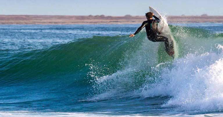 Marco forace mentre esegue un out of the lips con la sua SK3: la tavola ad alte prestazioni creata su misura su Blide.zone. Shaper Ska surfboards.