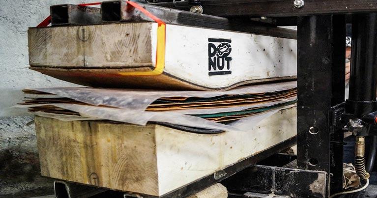 La pressa idraulica con cui Donut skateboard crea gli skateboard classici che gli skater possono personalizzare su Blide.zone