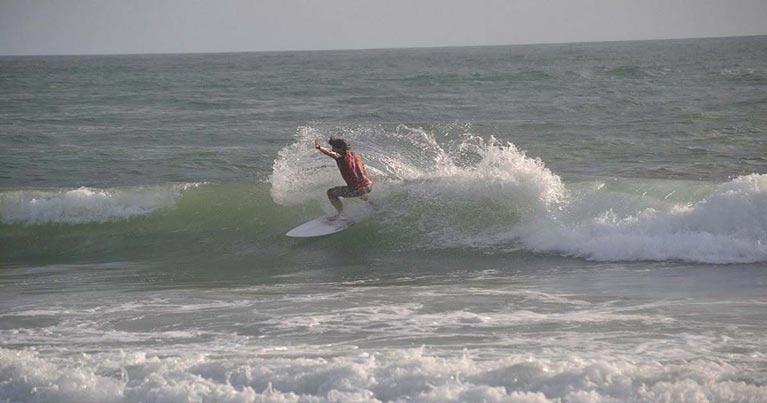 Surfista durnate una mareggiata estiva che ha regalato alla costa laziale una giroanta di surf fantastica