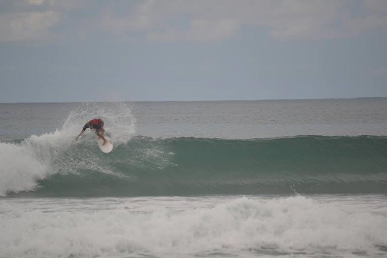Cut Back nello spot di Saporetti, uno dei surf spot rinomati della costa laziale.