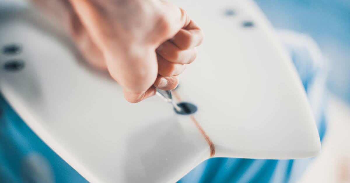 Giuseppe uno shaper di Blide.zone mentre dà gli ultimi ritocchi ad una tavola da surf. Per noi di Blide.zone è fondamentale che tutto sia perfetto: solo così soddisfiamo la passione dei surfisti che scelgono la professionalità di Blide