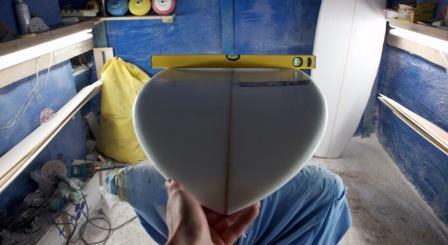 Modello di tavola SK1 con una bolla appoggiata. ingrandendo la foto si vede che è perfettamente bilanciata e simmetrica. Blide ha scelto di supportare le tavole da surf di shaper che creano a mano e con materie di prima qualità
