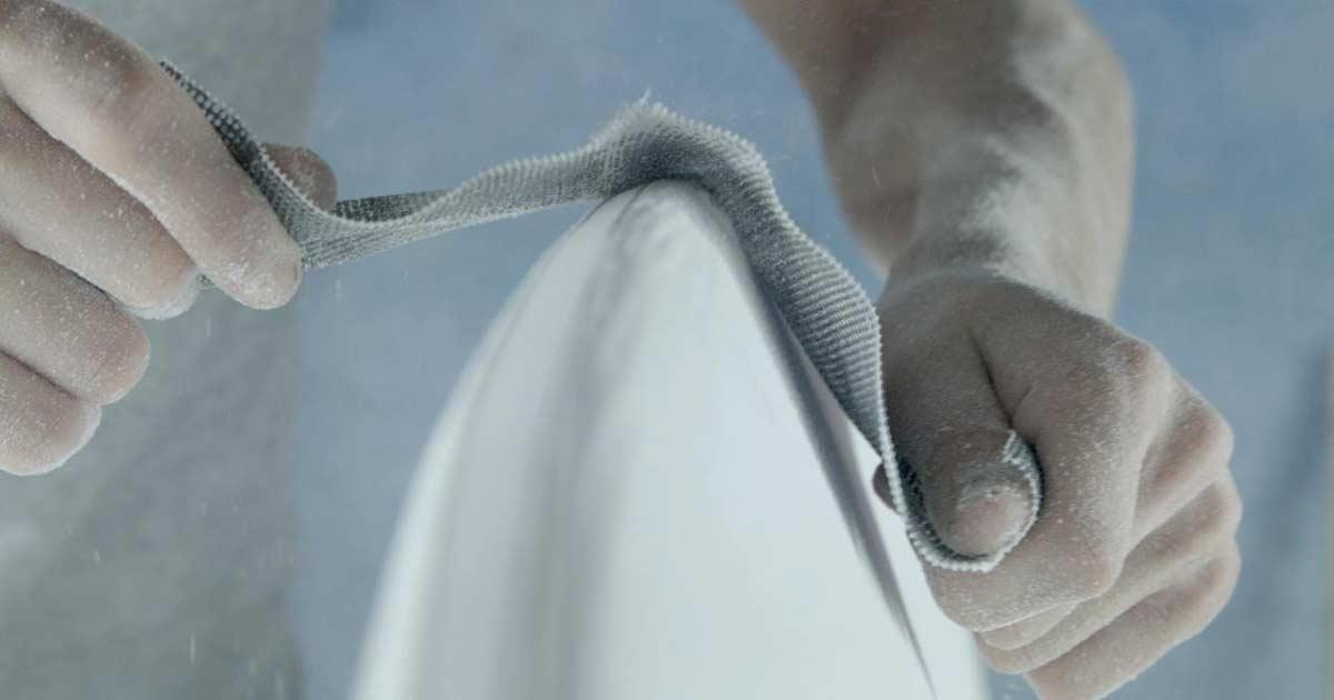 Giuseppe di ska surfboards, uno dei migliori shaper itliani di blide.zone, mentre crea una tavola da surf per un surfista italiano