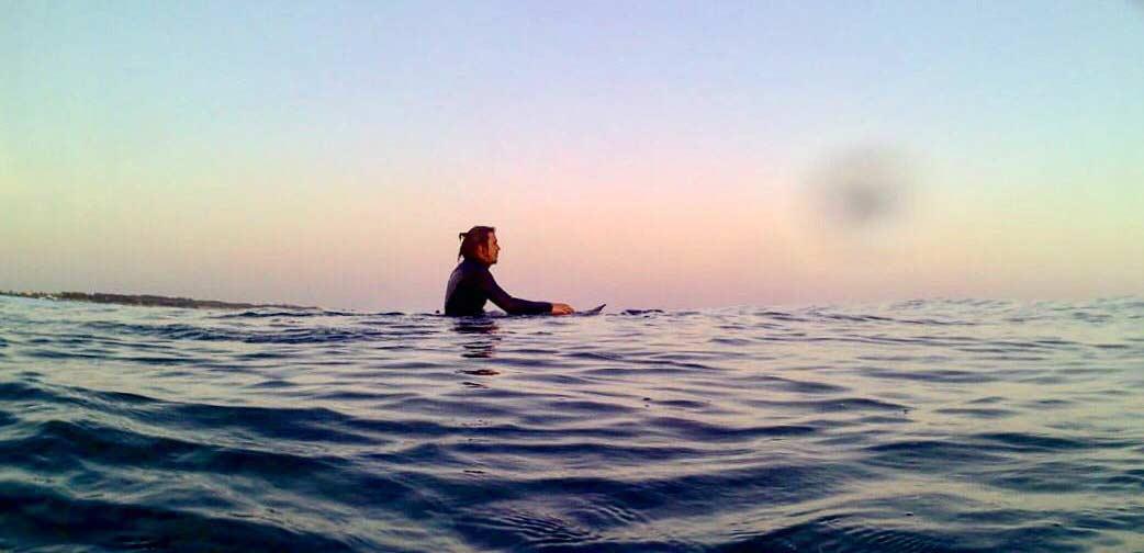 Surf spot italia. Alessandro sulla line up ad aspettare l'onda giusta con la sua tavola da surf creata su misura su blide.zone.