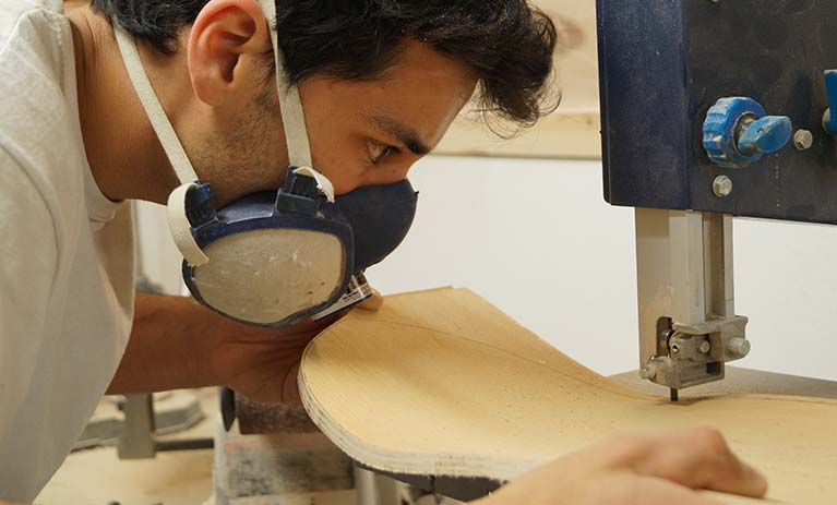 Jhonny di donut skateboard, mentre crea una tavola da skateboard personlizzata tramite blide.zone