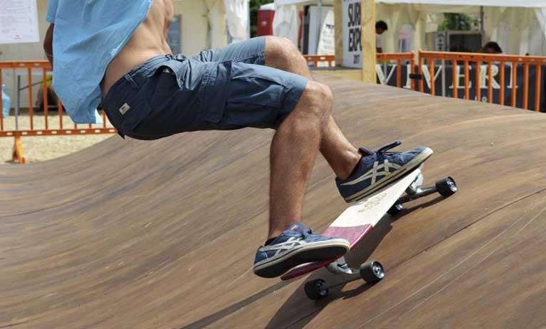 Skater su una rampa da skate con una tavola da skate personalizzata su blide.zone. creata da nomade boards