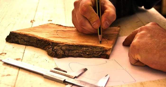 RACCONTARTI STORIE DI CREATIVITÀ E PASSIONE Le mani di un artigiano che lavorano ad una creazione in legno