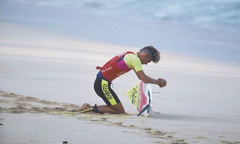 Richie Collins in una storica foto dutante una gara ufficiale di surf