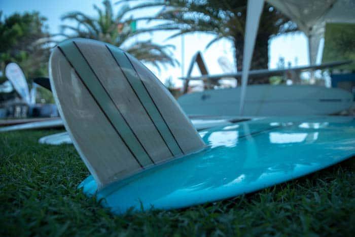 il dettaglio della pinna in balsa di un longboard custom handshaped