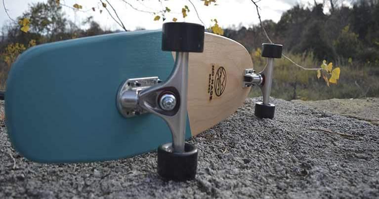 una tavola da skate appoggiata di lato