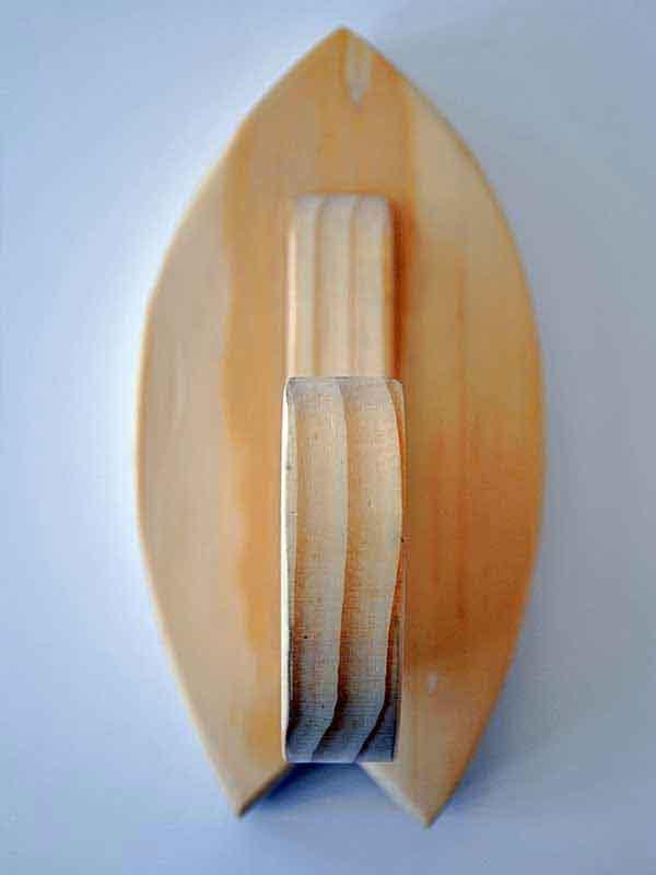 il minimale rack per tavole da surf visto frontalmente. Si evidenziano le incredibili venature del legno e i dettagli rifiniti a mano, Blide.zone è la piattaforma che racchiude il meglio dell'artigianato surf made in Italy