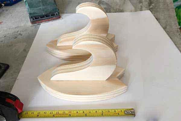 La coppia di minimal rack per tavola da surf con affianco un metro, misura circa 6,5 cm! Piccolo ma abbastanza robusto per reggere qualsiasi tavola da surf!