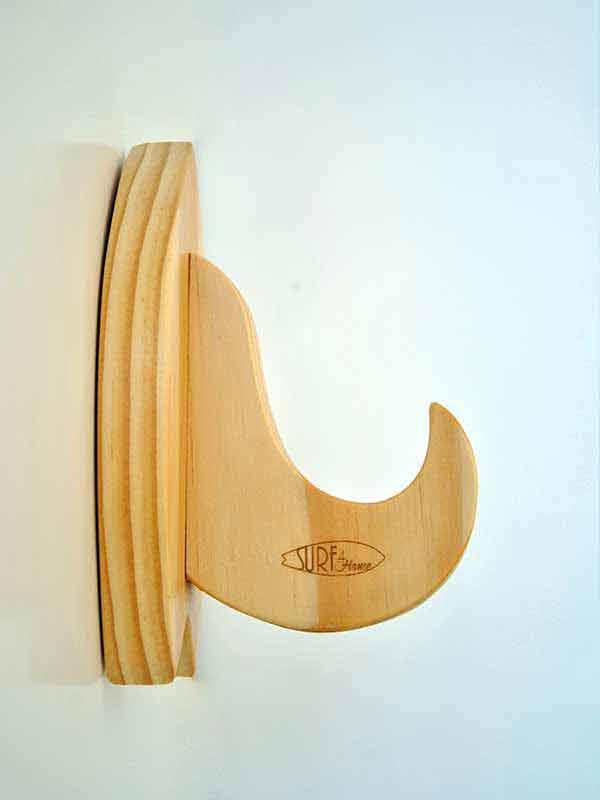 i rack minimal per tavola da surf visti di profilo. Evidenziano le venature del legno e la precisione dei dettagli. Il meglio dell'artigianato made in Italy solo su Blide.zone