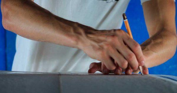 Un dettaglio di Giuseppe, uno shaper di Blide.zone mentre disegna la tavola da surf prima di shaparla. Solo su Blide progettiamo e creiamo tavole su misura per ogni surfista