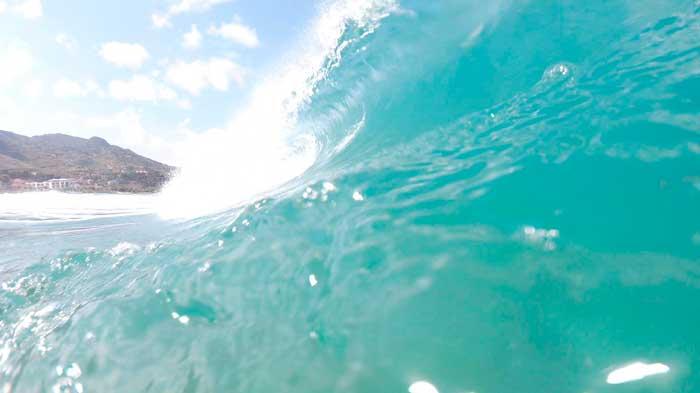 un'onda italiana mentre frange creando un tubo, una forma eccezzionale per chi ama il surf radicale