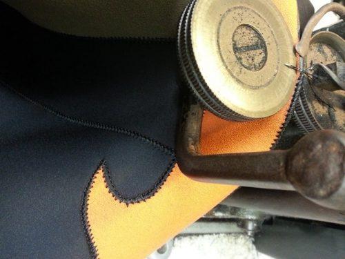 La foto di un dettaglio di una muta in neoprene mentre viene riparata