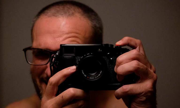 vincent moro il fotografo della mostra surfing viareggio