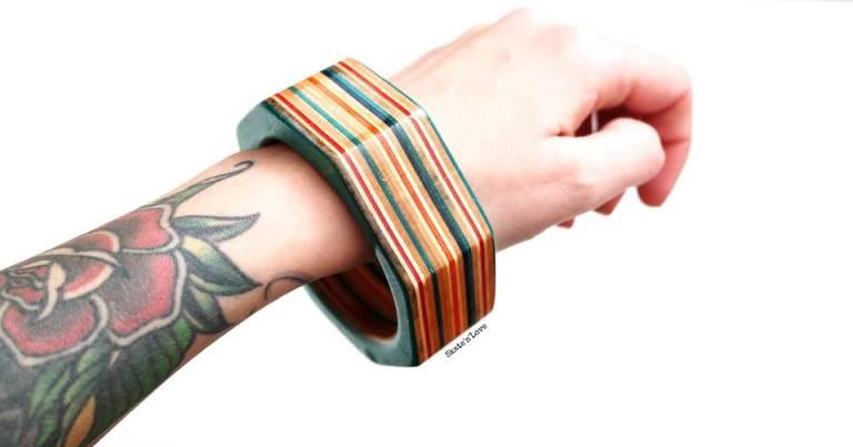 bracciale creato con varie sezioni di tavole skate rotte