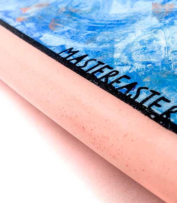 dettaglio del rail della tavola da surf con disegno di mastereaster creata da loop surfboard