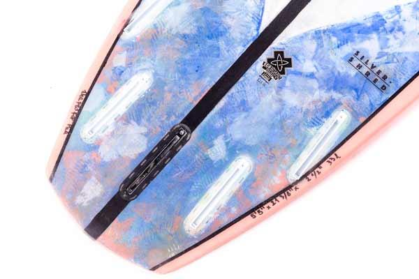 il detaglio del tail della tavola da surf con disgno di mastereaster di loop surfboards in esclusiva su blide