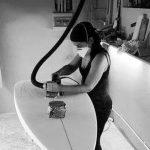 Giovanna di FATU HIVA, mentre crea una tavola da surf su misura per una surfista. Le sue tavole sono uniche e incontrano il gusto e la tecnica delle ragazze che praticano surf!