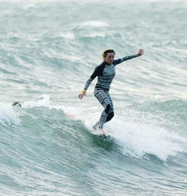 Francesca Rubegni con la sua muta da surf modello Marty creata su misura per le sue esigenze da campionessa di Longboard e il suo stile unico