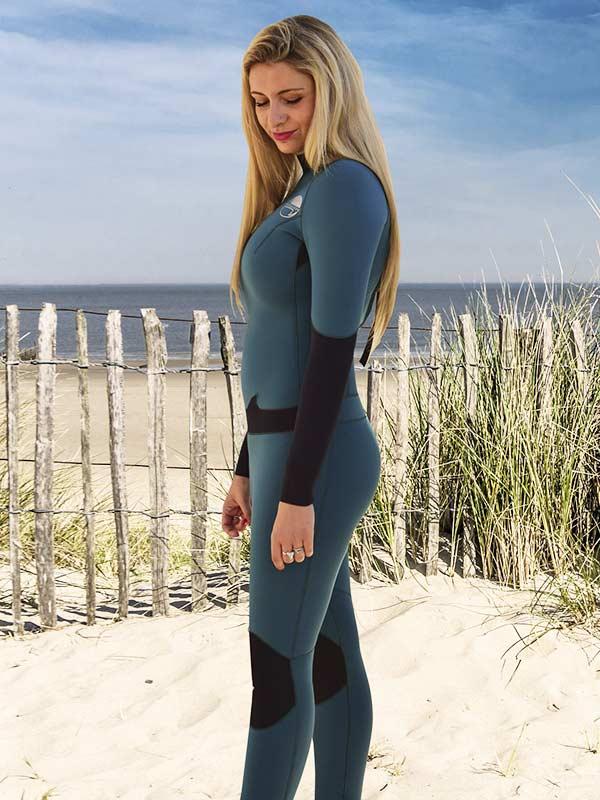 Emily con la sua muta da surf 4.3 reliazzata su misura per il massimo del confort in acqua