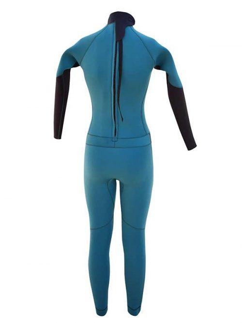 Il retro della muta da surf 4.3 azzurra, creata a mano e su misura per le surfiste