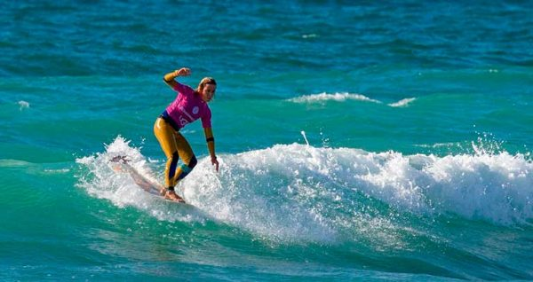 Francesca Rubegni durante una gara ufficiale di longboard. Racconta su Blide.zone le sue sfide e chi è fuori dall'acqua